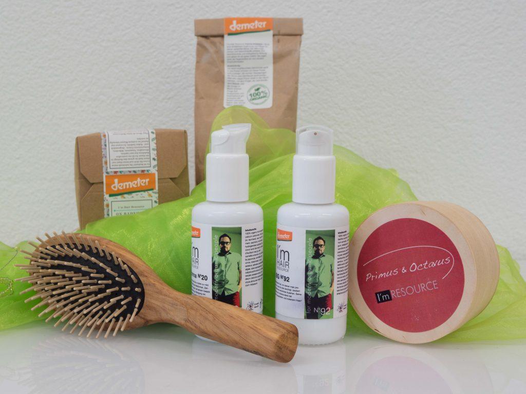 Produkte beim Naturcoiffeur (Bürste aus Holz, Demeterprodukte)